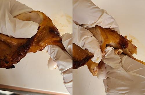 5.最後に「もも」の切り分けです。「もも」の太い骨と肉をひねるようにして分けます。「もも」の肉の中から骨を引き出すイメージです。