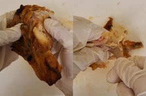 3.「むね」のあばら骨部分と肉部分を切り離します。手で簡単にほぐれますので、太い骨も細い骨も取り除いてください。