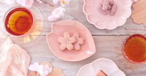 桜の形のお皿や透明なカップ