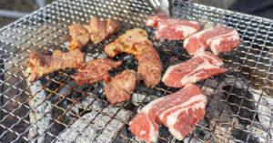 網の上で焼かれる牛・豚・ラムなどさまざまな肉